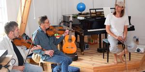 Gustaf Norén i musikalisk kommunikation med Floda spelmanslags Bertil Ferneborg och Einar Sandin.