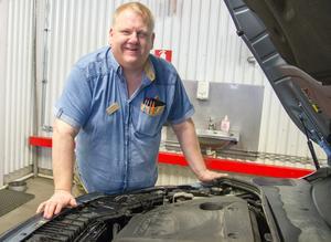 """Mats hjälper till att byta bilbatterier och tvättar hyrbilarna. """"Jag har lär mig saker här"""", berättar han om sitt jobb på macken."""