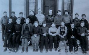 På fotografiet syns läraren Rune Svennerstam stående i bakre raden i mitten. Allan Edwall står längst till vänster. Allan Hammar står längst till höger i bakre raden.