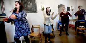 """Järnaborna Susanne Lindau och Cecilia Stenius är vänner sedan barndomen. Nu sjunger de tillsammans i kören Joyful Voices. För båda är sången viktig. """"Det känns som en inre massage. Jag mår väldigt bra av det, säger Susanne"""""""