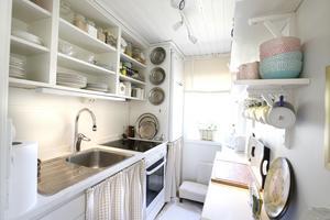 Köket inne blev luftigt och känns rymligare när köksluckorna togs bort.