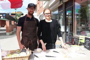 Caroline Nielsen och Christoffer Lindahl, Strömmens gårdsmejeri, var också på plats under invigningen och visade upp sina produkter. – Det är väldigt roligt och modigt att Eva startar upp saluhallen här i Ånge, säger Christoffer Lindahl.