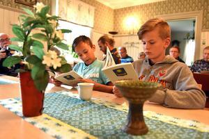 Elton Ehlin och Alfred Danielsson har bidragit med texter till boken.