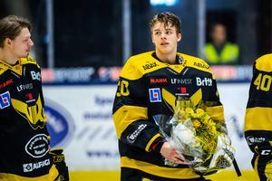 Samuel Ersson tackas av efter VIK:s sista match för säsongen. Målvakten, som var hockeyallsvenskans stora utropstecken, har lämnat för SHL och Brynäs.