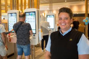 Restauranggäster som vill kan beställa sin mat vid särskilda beställningsautomater,  sätta sig ned och invänta maten som serveras vid bordet.