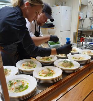 Emma Bergqvist och Linus Andersson som driver restaurangen på Kulinariet lägger här sista handen vid varmrätten.