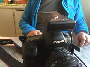 """Det är ingen kamerablixt som sitter på Lennart Larssons kamera. Det är en blixtavkännare. """"Den känner av när bilden ska tas för bästa resultat. Tack vare det slipper jag ta hundratals bilder i onödan."""""""