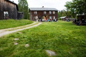 Underhållning och historieberättande hör till vad man kan få uppleva på Gudmundstjärn. Foto: Evelina Ytterblom