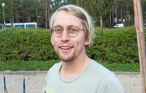 Kalle Landegren är utbildad serietecknare och har publicerats i bland annat Rocky Magasin, Galago och studenttidningen Ergo.
