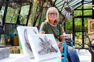 Susanne Arnfridsson håller till på Nebulosa gård. I förgrunden några exempel på hennes trådkonst.