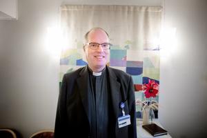 LT träffar sjukhusprästen Bosse Rydén i sjukhusets bönerum. Här kan man mötas för bön, samtal eller gudstjänst.