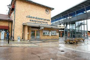 På måndagskvällen fick polisen in samtal om att en tågpassagerare var påverkad och stökig och att ansvariga för tåget därför inte ville åka vidare från stationen i Ludvika.