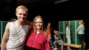 Emil Flygare och Ronja Nilsson är två av de sex elever som spelar Löparen på Västergårdsaulan. I bakgrunden de andra eleverna Lukas Karlberg, Denis Dalipi, Leo Söderström-Nylander och Lisa Westring.