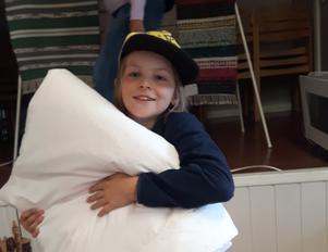 Folke Ek Samuelsson, 10 år, vann första vinsten i lotteriet – ett lapptäcke.