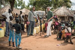 Fotografen Kenneth Svedlund Ishii och Jesper Wachtmeister i ett av de tre flyktinglägren. Båda berättar taget om upplevelsen Och hoppas att framför allt skolungdomar ska besöka utställningen och verkligen få en inblick i vardagen i ett läger. Foto: Privat