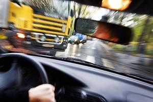 En man från Ludvika har dömts till dagsböter för vårdslöshet i trafik. Mannen somnade bakom ratten och bilen som han körde kolliderade därför med en annan bil. OBS: Bilden är arrangerad.