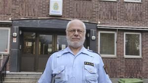 Polisinspektör Johan Ström sitter i receptionen hos polisen i Fagersta och via ett nationellt register försöker han identifiera hittegods som lämnats in.