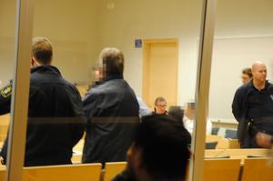 Mannen i vitt döms till fyra års fängelse efter hot och utpressningsförsök mot fyra Södertäljebor som vittnade mot honom i en rättegång i januari i år. Bilden är från den tidigare rättegången i januari i år.
