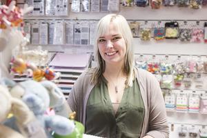 Emelie Eriksson har haft sin butik Presentboden sedan i början av mars och tycker det är roligt med den positiva respons hon fått sedan hon öppnade.