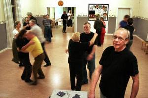 Dags för snurrebock. Roger Wester i förgrunden har tappat räkningen på hur många han lärt dansa gammeldans. Foto: Eva Andersson