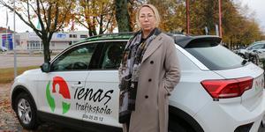 Lena Lindberg vid en av bilarna som fortfarande finns kvar efter helgens räd på trafikskolan.