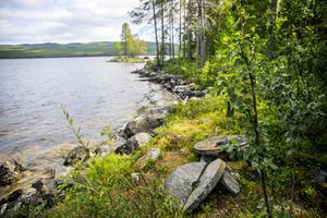 Ett par kvarnstenar på stranden av Stora Brinnsjön minner om den tragiska olyckan.