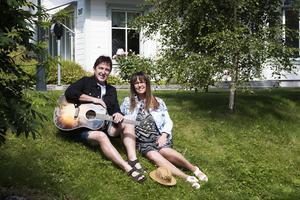 Peter Grundström och Agneta Olzzon hemma vid nya bostaden.