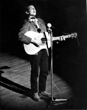 Den 22-årige protestsångaren Bob Dylan uppträder 1963.Foto: AP
