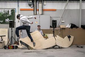Jakob Mattsson dj:ade och var spindeln i nätet under lördagens skateboardevent. Hans uttalade mål är att lyfta subkulturerna skateboard, graffiti och hiphop.