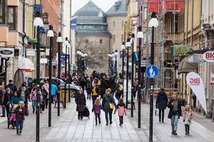 Köpmangatan i Örebro är fylld av butiker. Många av den är anslitna till det krånglande  presentkortet. Foto: GabriEL Rådström