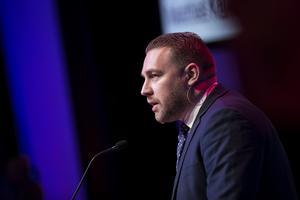 En av Sverigedemokraternas ideologer, Mattias Karlsson, vid ett tal under partiets landsdagar i Örebro 2019.