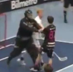 Upprinnelsen till händelsen: Jönköpingsmålvakten Gustav Jansson knuffar till Patrik Rokka framför mål...