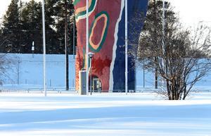 Staketet som ska skydda Y:ets besökare från nedfallande murbruk syns snart inte på grund av snön.