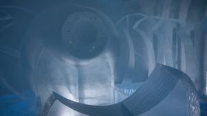 Inne i rummet omgärdas man av höga halvmåneformade isskivor och på kortsidan lyser det som från en stjärnhimmel. Foto: privat