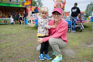 Kajsa, 3 år, här med mamma Erika Smedberg, har precis åkt karusell på Bräcke marknad.  Andra nöjen under semestern blir att fiska och snickra.