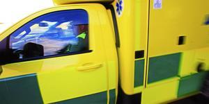Mannen störtade 15 meter med sin åkgräsklippare. Men ambulanspersonalen gjorde dock en felbedömning och transporterade den skadade till fel sjukhus. Nu ska Ivo utreda ärendet.