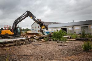 Rivningen av Nejmanshusen blev startskottet för rusten av gamla Briabfastigheten i bakgrunden. Den här bilden är från början av juli när de sista resterna plockades bort.