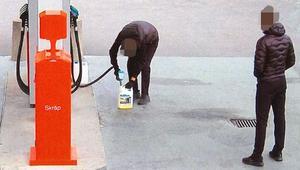 20-åringen, som greps i Östertälje efter av bilarna antänts, fyller en dunk med bensin. Intill står hans 20-årige kompis, som lånat bilen från den arbetsplats han jobbar på. Samma bil som senare lämnar parkeringen vid Astra efter branden.
