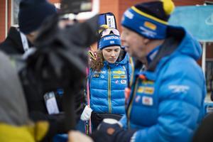 Hanna Öberg inväntar sin tur att svara på frågor om dagens lopp medan hennes tränare Wolfgang Pichler intervjuas.