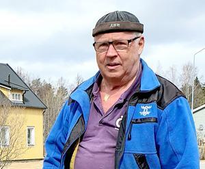 Ragnar Sandelius, PRO-ordförande i Kälarne-Sörbygden, arbetsklädd på städdag i Kälarnebygden den 25 april. Foto: Loulou Westlund