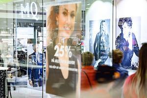 Mittpunkten byggdes 1962 och renoverades 2009–2010. Idag består gallerian av ett tjugotal butiker, i en väl varierad mix av branscher. Foto: Göran Strand