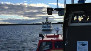 Räddningstjänsten kör efter m/s Moa in till hamnen för att kontrollera att hon går bra.