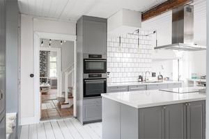 Modern kök i vitt och grått. Foto: Utsikten Foto