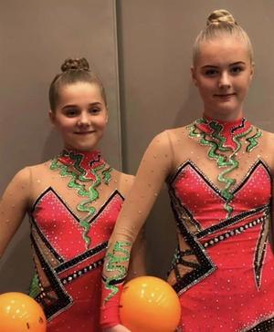 Anna Wiklund och Emelie Burström slutade trea i Riksserien i DTQ junior. Bild: ÖGK