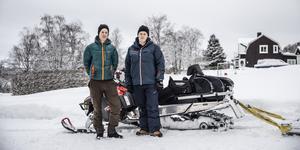 Henrik Öhrberg och Jonathan Roth är kritiska till att kommunen har slutat dra skidspår till Torvalla. Nu har de börjat preparera spåret för egen maskin.