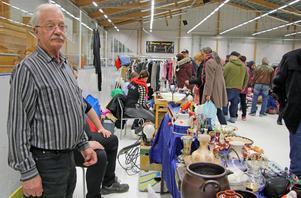 """73-årige Bosse Norman från Hedemora var en av alla knallar som hittat till ishallen i Hallsta för att medverka på Vårloppisen. """"Jag är egentligen pensionär men har hållit på med det här i 20–25 år för att det är så roligt"""", berättar han."""