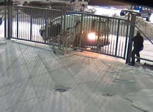 Här fångar övervakningskameror när två män stjäl byggställningar i vintras från JMR Racings område vid Klastorpsslingan i Södertälje.