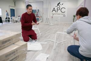 Spurt inför invigningen av Avesta Padel Center. Samuel Boman och Johanna Norberg Lindgren skruvar ihop stolar.