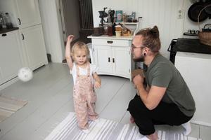 En boll med inbyggd bjällra får sig en åktur. Pappa Marco beundrar dotterns teknik.