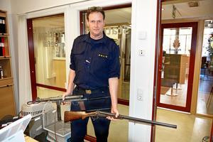 Robert Svedberg, gruppchef  vid polisen i Västernorrland, med några av vapnen som kommit in under amnestin.